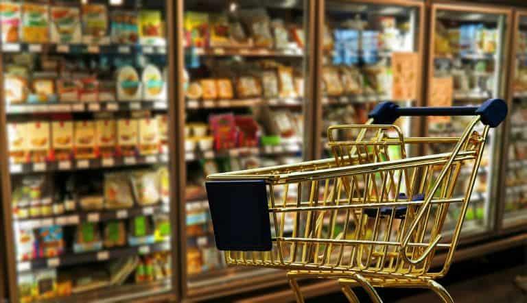 Einkaufswagen vor Kühlschränken