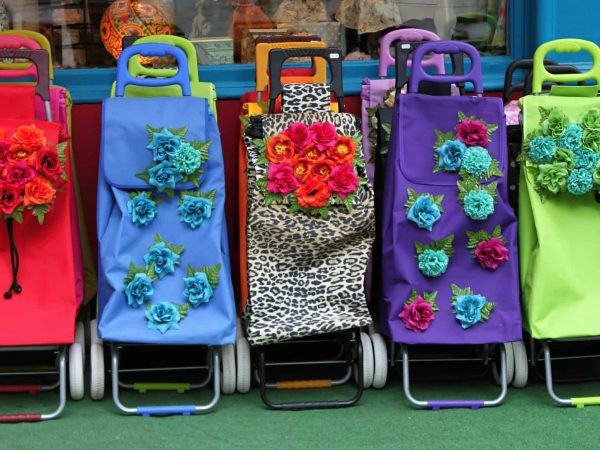 Mehrere bunte Einkaufstrolleys