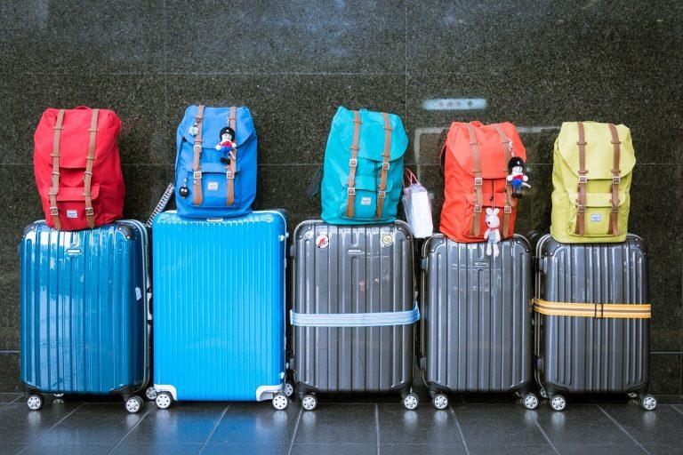 Trolleys und Rucksäcke am Flughafen