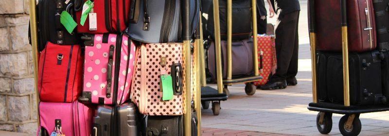 Kofferwagen mit mehreren Gepäckstücken