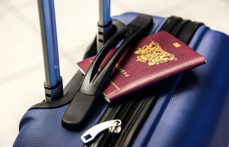 Koffer mit Reisepass
