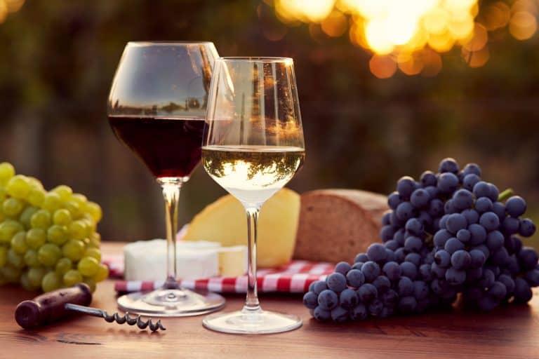 Rot- und Weißweinglas mit Käse und Trauben