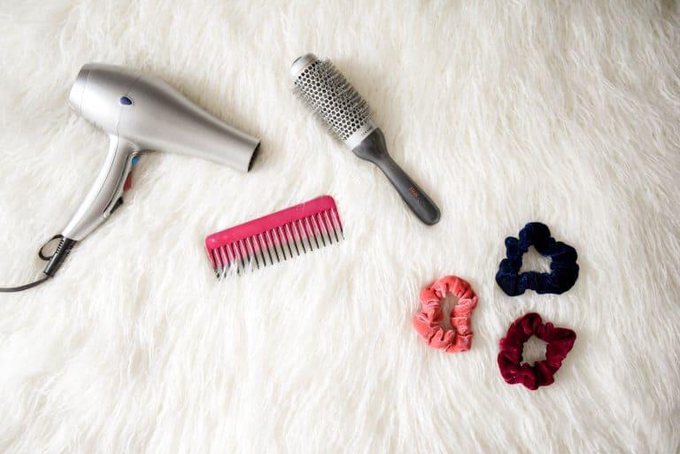 Föhn mit Kamm, Bürste und Haargummies