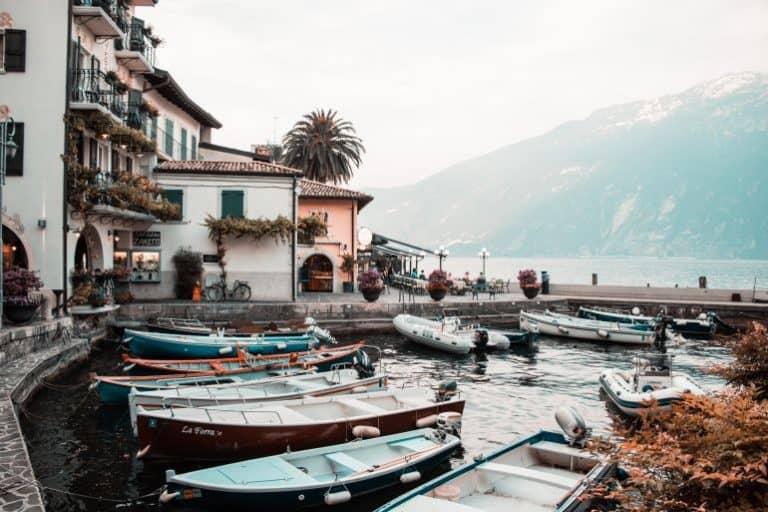 Ein pittoresker Hafen am Ufer des Gardasees