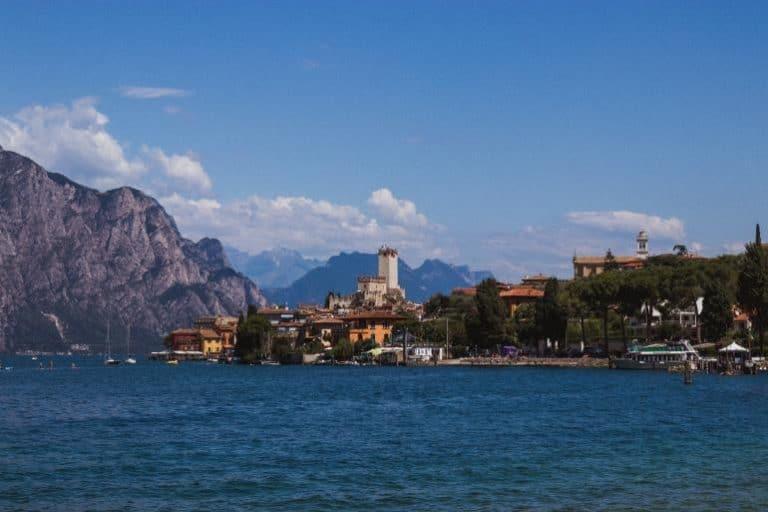 Eine kleine Hafenstadt mit Bergkulisse im Hintergrund