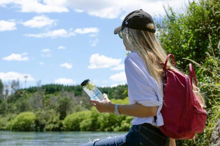 Eine Frau hält eine Glasflasche in der Hand
