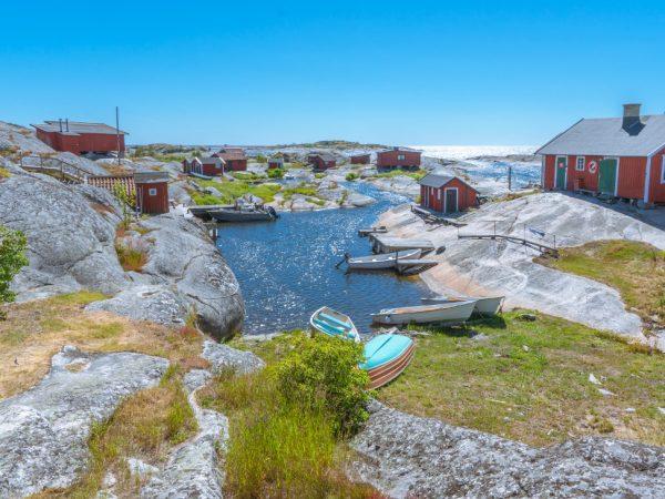 Die kleinen bunten Häuschen sind zum Wahrzeichen der skandinavischen Länder geworden und strahlen die mit ihnen assoziierte Gemütlichkeit und lockere Lebensweise aus. (Bildquelle: unsplash.com/ Hakan Tas)