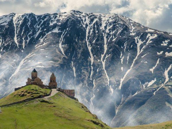 Entdecke malerische Landschaft, hohes Gebirge und die Artenvielfalt von Georgien kennen. (Quelle: Unsplash.com, Urheber: Iman Gozal)
