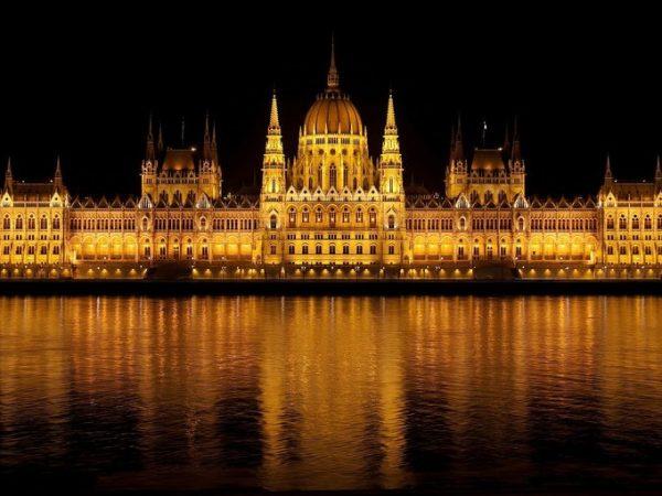 Das ungarische Parlament ist ein wahrer Hingucker und gehört zu den wichtigsten Wahrzeichen der Stadt. (Quelle: pixabay.com / 12019)